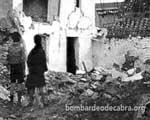 Dos niños contemplan las ruinas